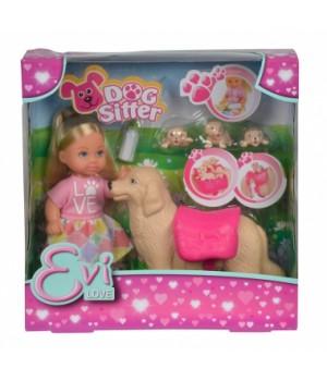 Красивая маленькая куколка Эви с собачками